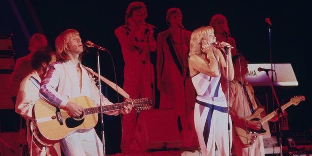 Singers Agnetha Fältskog (正しい) and Björn Ulvaeus performing with Swedish pop group Abba on their third, and final, 旅行, 1979.