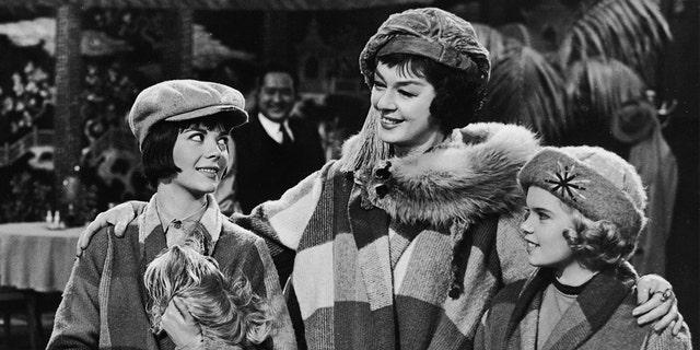 """从左边开始: actresses Natalie Wood (1938-1981), Rosalind Russell (1907-1976) and Ann Jillian as the Hovick women in this publicity still from the movie """"Gypsy"""" directed by Mervyn LeRoy, 1962."""
