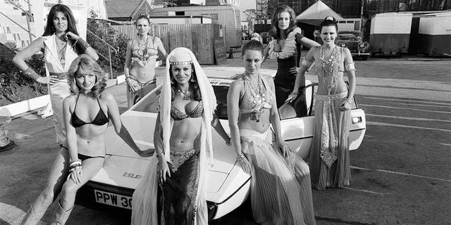 Pictured are Bond girls (左到右) Caroline Munroe, Sue Vanner, Jill Goodall, Dawn Rodriques, Felicity York, Valerie Leon and Anika Pavel, 5th December 1976.