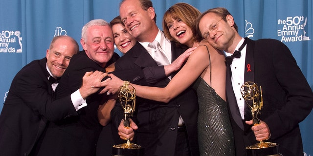 Emmy-winners, actors Kelsey Grammer (센터) and David Hyde Pierce (아르 자형) are joined by fellow 'Frasier' cast members actors Jane Leeves (2nd R), Peri Gilpin, John Mahoney (2nd L) and James Burrows (엘) for a group-hug backstage at the 50th Annual Emmy Awards, 9 월 13, 1998 로스 앤젤레스, 캘리포니아.