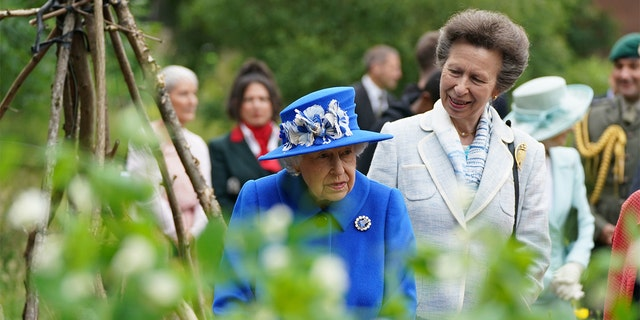 Queen Elizabeth II and Princess Anne, Princess Royal, visit the Children's Wood Project,  a community project in Glasgow as part of her traditional trip to Scotland for Holyrood Week on June 30, 2021, in Glasgow, Skotland. The visit marked the 95-year-old's first official visit north of the border since the death of her husband, die hertog van Edinburgh.