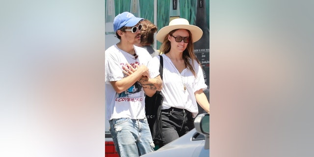 Harry Styles and girlfriend Olivia Wilde looked all loved up while out for a stroll after enjoying lunch together on Sunday afternoon.?