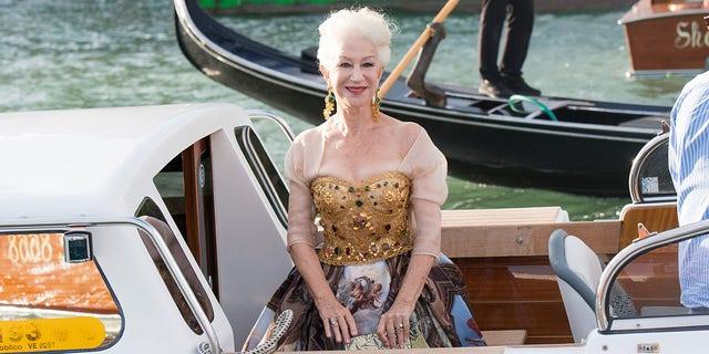 VENICE, ITALY - AUGUSTUS 29: Helen Mirren is seen during the Dolce&versterker;Gabbana Alta Moda show on August 29, 2021 in Venice, Italië. ()