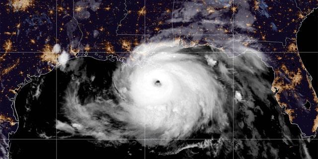 Hurricane Ida strengthened into a Category 4 storm overnight Sunday, as it takes aim at southeastern Louisiana. (Image: 国立ハリケーンセンター)