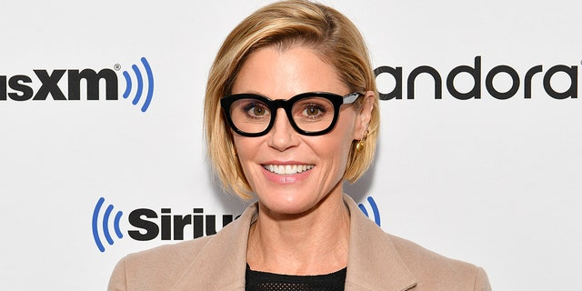 Julie Bowen and her sister helped save a 'Moder Family' fan who fainted on a hike in Utah.