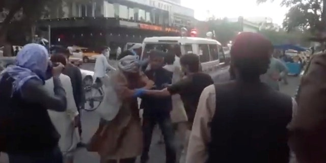 Injured people arrive at a hospital in Kabul, 아프가니스탄, 8월에. 26, 2021.