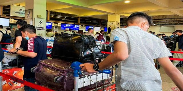 Hành khách cố gắng rời sân bay quốc tế Kabul trong bối cảnh Taliban tấn công xếp hàng chờ đợi vào thứ Sáu.  (AFP)