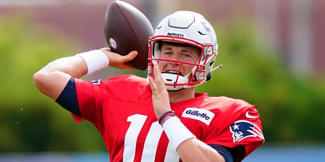 New England Patriots quarterback Mac Jones throws during a joint practice with the Philadelphia Eagles at the Eagles NFL football training camp Tuesday, 八月. 17, 2021, 在费城.