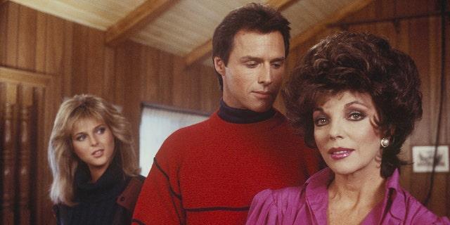 マイケルネイダー (センター) in a scene from 'Dynasty' with actresses Catherine Oxenberg (左) and Joan Collins (正しい).