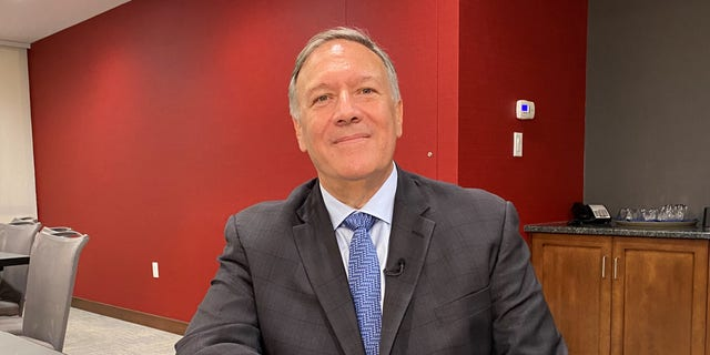 Former Secretary of State Mike Pompeo sits down for an interview with Fox News during a stop in New Hampshire, 在八月 31, 2021 in Manchester, N·H.