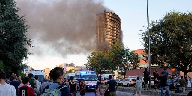 وهرع رجال الإطفاء لإخماد النيران يوم الأحد.  (AB Photo / Luca Bruno)