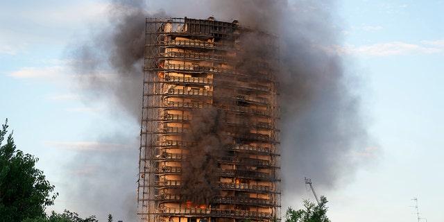 تصاعد الدخان من مبنى في ميلانو بإيطاليا يوم الأحد 29 أغسطس 2021.  (AB Photo / Luca Bruno)