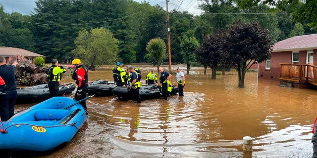 In this image provided by New Hanover County Fire Rescue, members of North Carolina's Task Force 11, based in New Hanover County, are shown during rescue efforts in Canton, N.C, el martes, ago. 17, 2021. Authorities said that dozens of water rescues were performed after the remnants of Tropical Storm Fred dumped rain on the mountains of North Carolina. (New Hanover County Fire Rescue via AP)