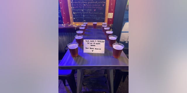 Another table, spotted at Okies Yardhouse in Kemah, テキサス, 示した 13 frothy beers set out along with a handwritten note Saturday night.