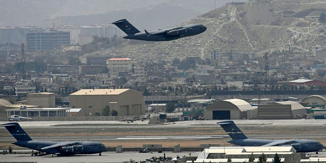 An US Air Force aircraft takes off from the airport in Kabul on August 30, 2021. - Rockets were fired at Kabul's airport on August 30 where US troops were racing to complete their withdrawal from Afghanistan and evacuate allies under the threat of Islamic State group attacks. (Photo by Aamir QURESHI / 法新社) (Photo by AAMIR QURESHI/AFP via Getty Images)