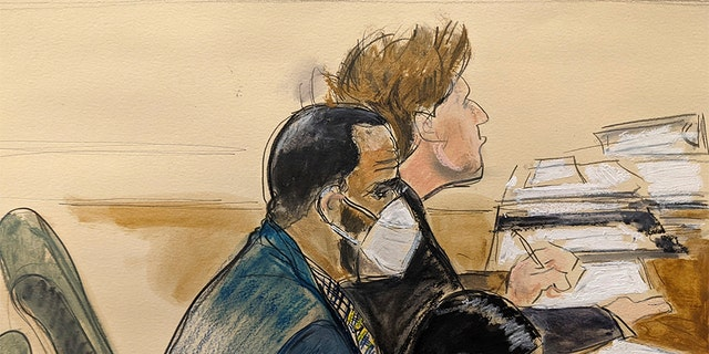 """In this courtroom artist's sketch R. 켈리, 왼쪽, listens during his trial in New York, 목요일, 8월. 26, 2021. The 54-year-old Kelly has repeatedly denied accusations that he preyed on several alleged victims during a 30-year career highlighted by his mega hit """"I Believe I Can Fly."""""""