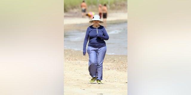 ԲԱ C ԱՐԻԿ.  NO SEREMOS PM 17.  De 00 a 25 de agosto de 2021 - Bill Clinton և Hillary Clinton fue vista caminando por la playa cerca de su casa en los Hamptons.  Hace unos días, la pareja celebró el 75 cumpleaños de Billy, comenzando en la playa, Bill con una camisa de mezclilla, Hillary con una sudadera, una camiseta de manga larga, ambos con zapatillas de deporte.  Continúan durante aproximadamente medio kilómetro hasta ascender, donde Hillary se toma un descanso, custodiada por agentes del Servicio Secreto.  Bill, mientras tanto, sube las escaleras a lo que una vez fue Belle Estate y regresa en unos 10 minutos.  El uigur reanuda su caminata կես media milla junto con los detalles del Servicio Secreto.  En la foto: Hillary Clinton Ref.  splashnews.com Derechos universales, no derechos polacos, ni derechos portugueses, ni derechos rusos