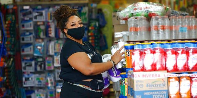 El miércoles 18 de agosto de 2021, un turista compra suministros de emergencia antes de que el huracán Grace llegue al estado de Toulom, Quintana, México.