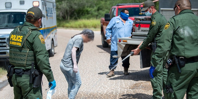 Hebbronville firefighters and EMS helped to decontaminate the individuals, hanno detto i funzionari.