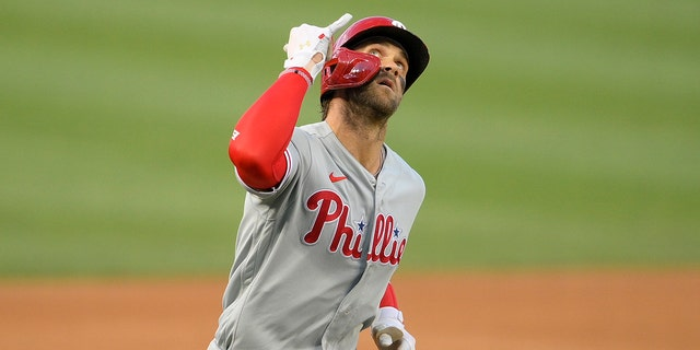 The Philadelphia Phillies' Bryce Harper celebrates after his two-run home run during the first inning of a baseball game against the Washington Nationals, Maandag, Aug.. 30, 2021, in Washington.