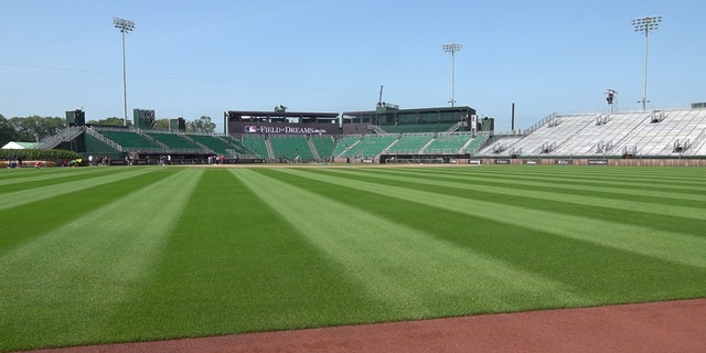 The temporary stadium for Thursday's game, which can seat 8,000 ファン, was designed to resemble Chicago's old Comiskey Park.