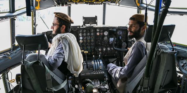 तालिबान लड़ाके 31 अगस्त, 2021 को काबुल में हवाई अड्डे पर एक अफगान वायु सेना के विमान के कॉकपिट में बैठते हैं, जब अमेरिका ने 20 साल के क्रूर युद्ध को समाप्त करने के लिए अपने सभी सैनिकों को देश से बाहर निकाला - एक जो शुरू हुआ और समाप्त हुआ सत्ता में कट्टर इस्लामवादी के साथ।