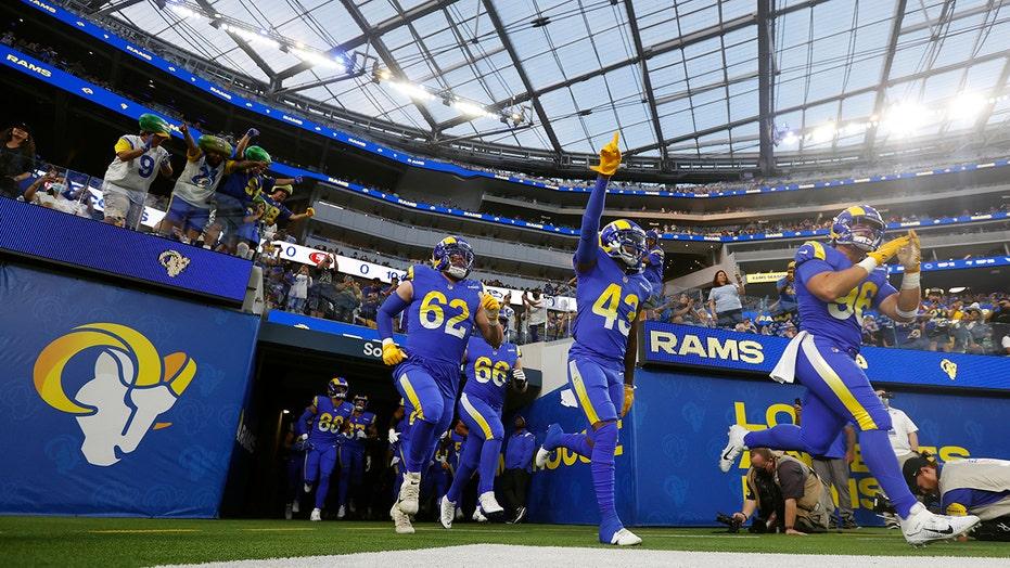 Rams-Chargers 게임은 SoFi 스타디움에서 팬 간의 미친 싸움을 특징으로 합니다.