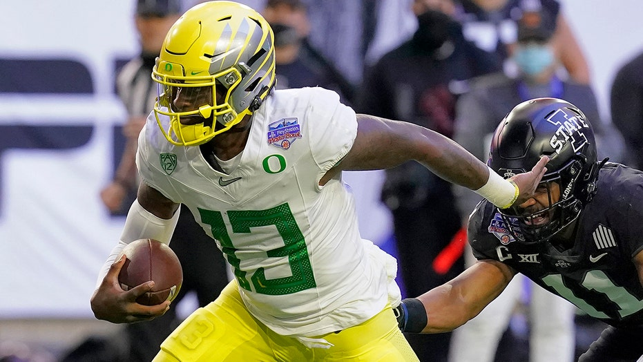 QB Anthony Brown getting his chance with No. 11 Ducks
