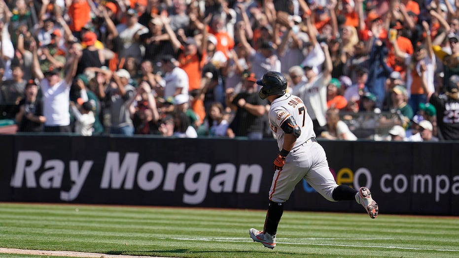 Solano's pinch-hit, 2-run homer rallies Giants past A's