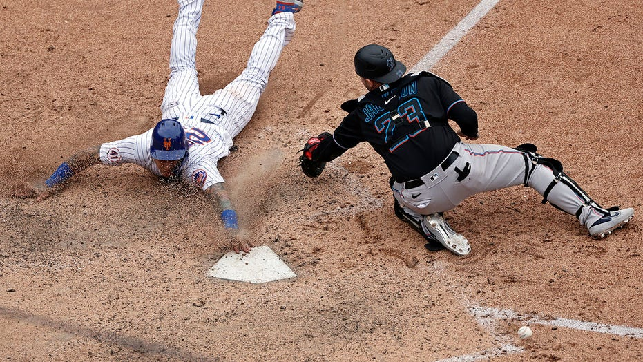 Mets' Báez bolts out of dog house with apology, winning run