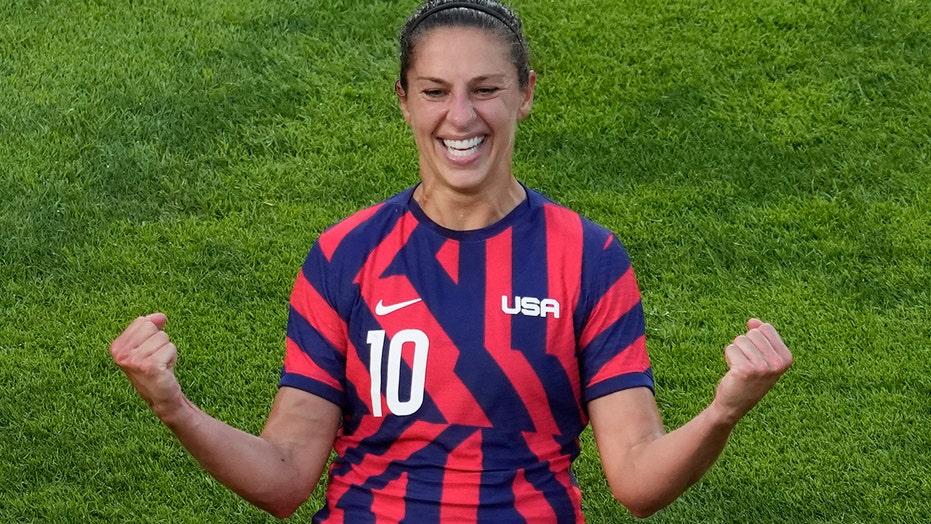 Carli Lloyd stands, US women's soccer teammates kneel before bronze medal match