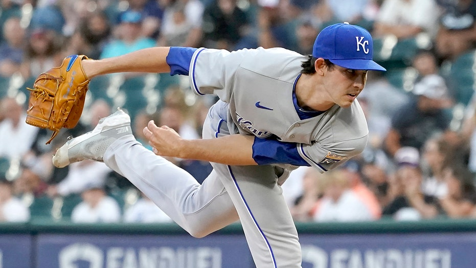 Lynch, 4 relievers lead Royals to 3-2 win over White Sox