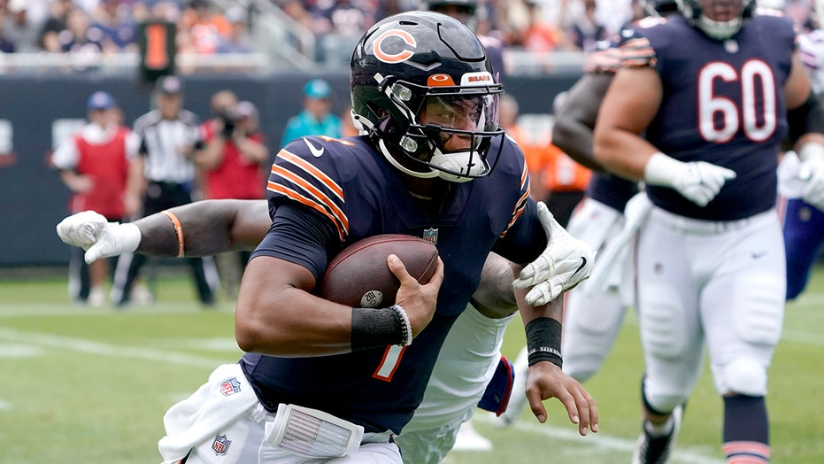 Justin Fields receives support from Bears legend Willie Gault to be Week 1 starter