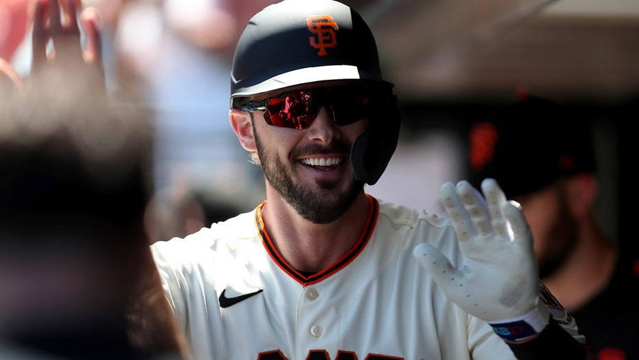 Bryant homers in Giants debut, San Francisco tops Houston