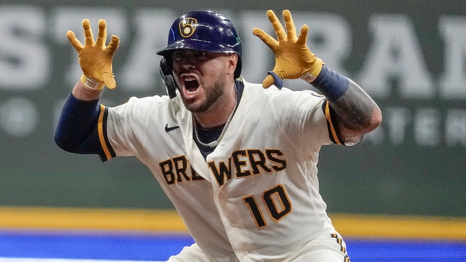 Brewers rally for 4 in 7th, beat Reds 7-4 to increase lead