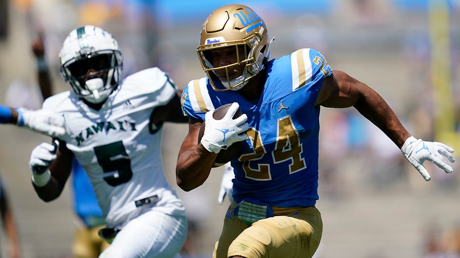 Charbonnet has 3 TDs in UCLA debut as Bruins rout Hawaii