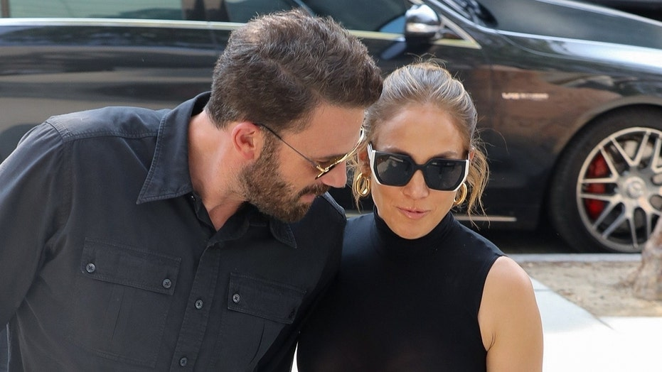 Jennifer Lopez, Ben Affleck share a laugh as they rock matching outfits while shopping in LA