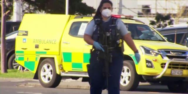 एक पुलिस अधिकारी शुक्रवार, 3 सितंबर, 2021 को ऑकलैंड सुपरमार्केट के बाहर पहरा देता है। (RTV/Dalet)