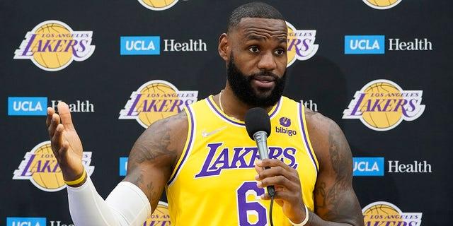 Tiền đạo LeBron James của Los Angeles Lakers trả lời các câu hỏi trong Ngày Truyền thông của đội bóng rổ NBA vào Thứ Ba, ngày 28 tháng 9 năm 2021, tại El Segundo, California.