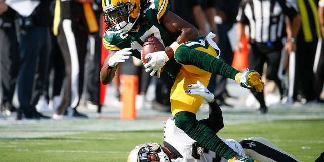 Green Bay Packers wide receiver Davante Adams (17) catches a pass as New Orleans Saints cornerback Marshon Lattimore tries to stop him during the first half of an NFL football game, 일요일, 씨족. 12, 2021, 잭슨빌, Fla. (AP Photo/Stephen B. Morton)