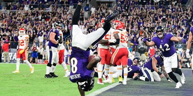 El mariscal de campo de los Baltimore Ravens Lamar Jackson (8) flips into the end zone for  a fourth quarter touchdown  against the Kansas City Chiefs at M&amperio;T Bank Stadium.