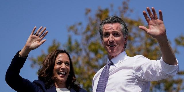 Vice President Kamala Harris stands onstage with California Gov. Gavin Newsom in San Leandro, 캘리포니아, 수요일, 씨족. 8, 2021. (AP 통신)