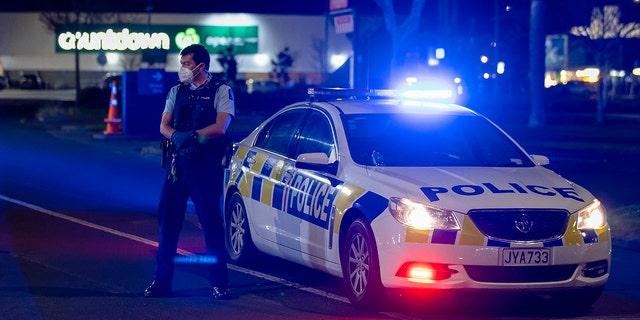 ऑकलैंड, न्यूजीलैंड, शुक्रवार, 3 सितंबर, 2021 में एक सुपरमार्केट में चाकू से हमले की जगह के बाहर पुलिस खड़ी है। (एसोसिएटेड प्रेस)