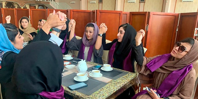 काबुल, अफगानिस्तान, शनिवार, 4 सितंबर, 2021 में एक विरोध प्रदर्शन के दौरान तालिबान शासन के तहत अपने अधिकारों की मांग करने के लिए महिलाएं इकट्ठा होती हैं। तालिबान ने एक समावेशी सरकार और इस्लामिक शासन के अधिक उदारवादी रूप का वादा किया है, जब उन्होंने 1996 से देश पर आखिरी बार शासन किया था। 2001 तक।