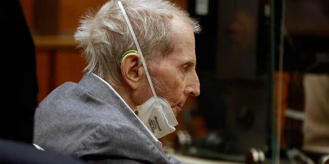 Robert Durst appears in a courtroom with his attorneys for closing arguments Wednesday, 씨족. 8, 2021 잉글 우드, 칼리프. (Al Seib/Los Angeles Times via AP, 풀)