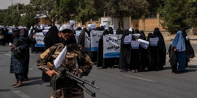 Phụ nữ tuần hành ủng hộ chính phủ Taliban bên ngoài Đại học Kabul, Afghanistan, vào thứ Bảy, ngày 11 tháng 9 năm 2021.