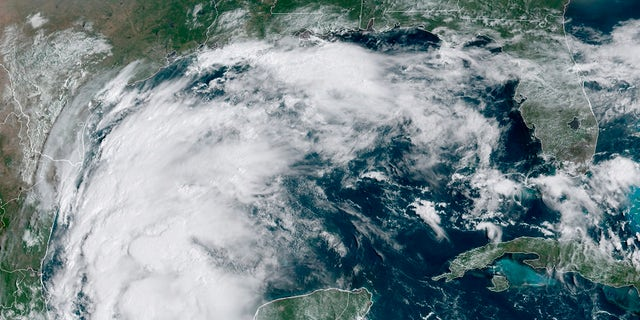 This satellite image provided by NOAA shows Tropical Storm Nicholas in the Gulf of Mexico on Sunday, 9月. 12, 2021. (NOAA via AP)