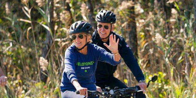 President Joe Biden and first lady Jill Biden ride their bikes on a trail at Gordons Pond in Rehoboth Beach, 的。, 星期日, 九月. 19, 2021.  (美联社照片/ Manuel Balce Ceneta)
