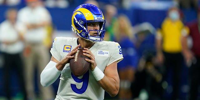 Le quart-arrière des Rams de Los Angeles, Matthew Stafford (9), lance au cours de la première mi-temps d'un match de football de la NFL contre les Colts d'Indianapolis, le dimanche 19 septembre 2021, à Indianapolis.  (Photo AP/Michael Conroy)