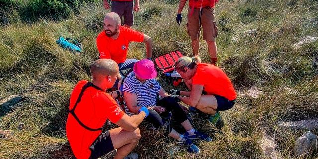 Questa immagine fornita dal servizio di soccorso alpino croato mostra il salvataggio di una donna non identificata che è stata trovata sull'isola adriatica di Krk il 12 settembre 2021.